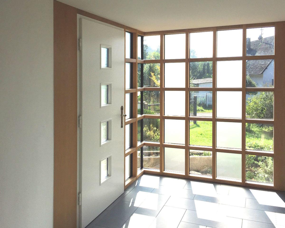 Haustür mit Außenwand aus Glas
